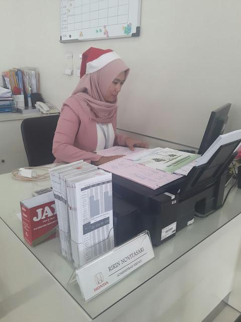 Di Bengkel Ini Karyawan Muslim Dipaksa Pakai Atribut Natal