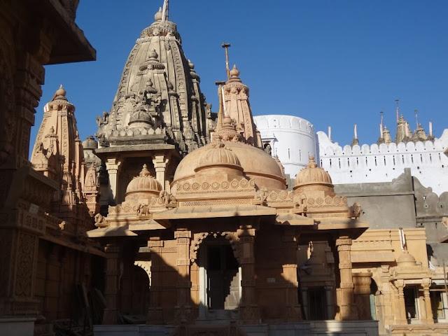 Nơi đây là địa điểm hành hương lớn của tôn giáo Kỳ Na và ngôi đền Palitana được coi là nơi hành hương linh thiêng nhất trong các ngôi đền Jain. Hiện có hàng trăm ngôi đền Jain nằm trên vùng núi linh thiêng Shatrunjaya có kiến trúc đá cẩm thạch chạm khắc tinh xảo. Chúng được xây dựng vào khoảng thời gian năm 900 và từ thế kỷ 11 trở đi. Để lên viếng đền, du khách phải lên 3.572 bậc cầu thang.