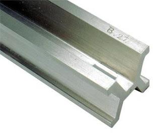 Jarak dua goresan pada balok logam campuran dari platina dan iridium yang tersimpan di International Bureau of Weight and Measures. Definisi ini digunakan hingga tahun 1983