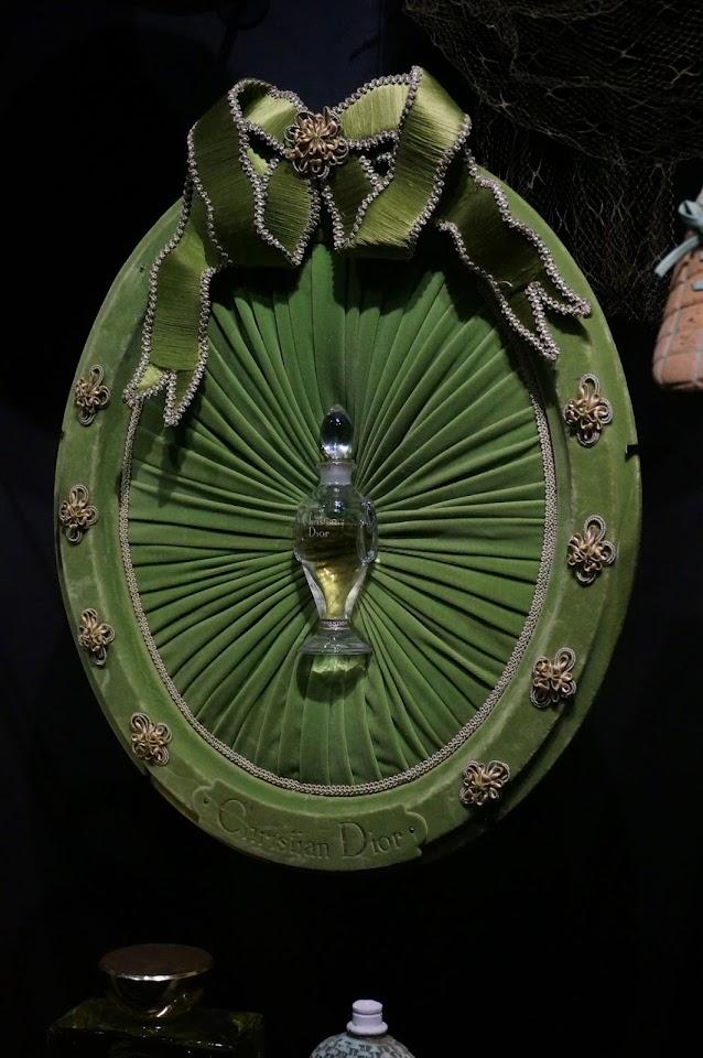 medaillon plissé en velours parfum Miss Dior 1950 Christian