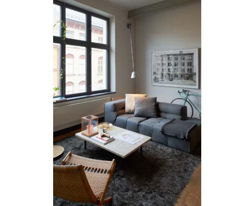 Salotto con ampia vetrata - esempi stile industriale