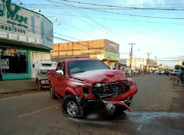 Condutor empreende fuga na contramão, avança sinal vermelho e é preso ao colidir com veículos