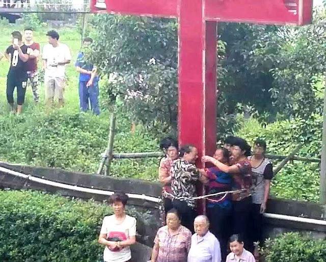 Cristãos tentam impedir que agentes comunistas destruam a Cruz
