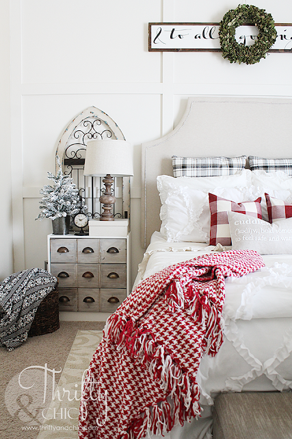 Christmas farmhouse and cottage decor and decorating ideas for the bedroom.