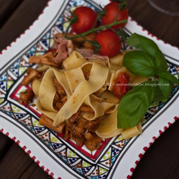 makaron, kurki, szynka parmeńska, pomidory