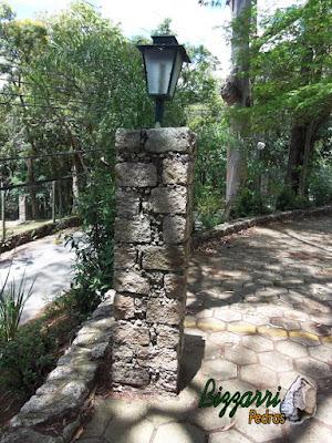 Pedras paralelepípedo para pilares de pedra no jardim.