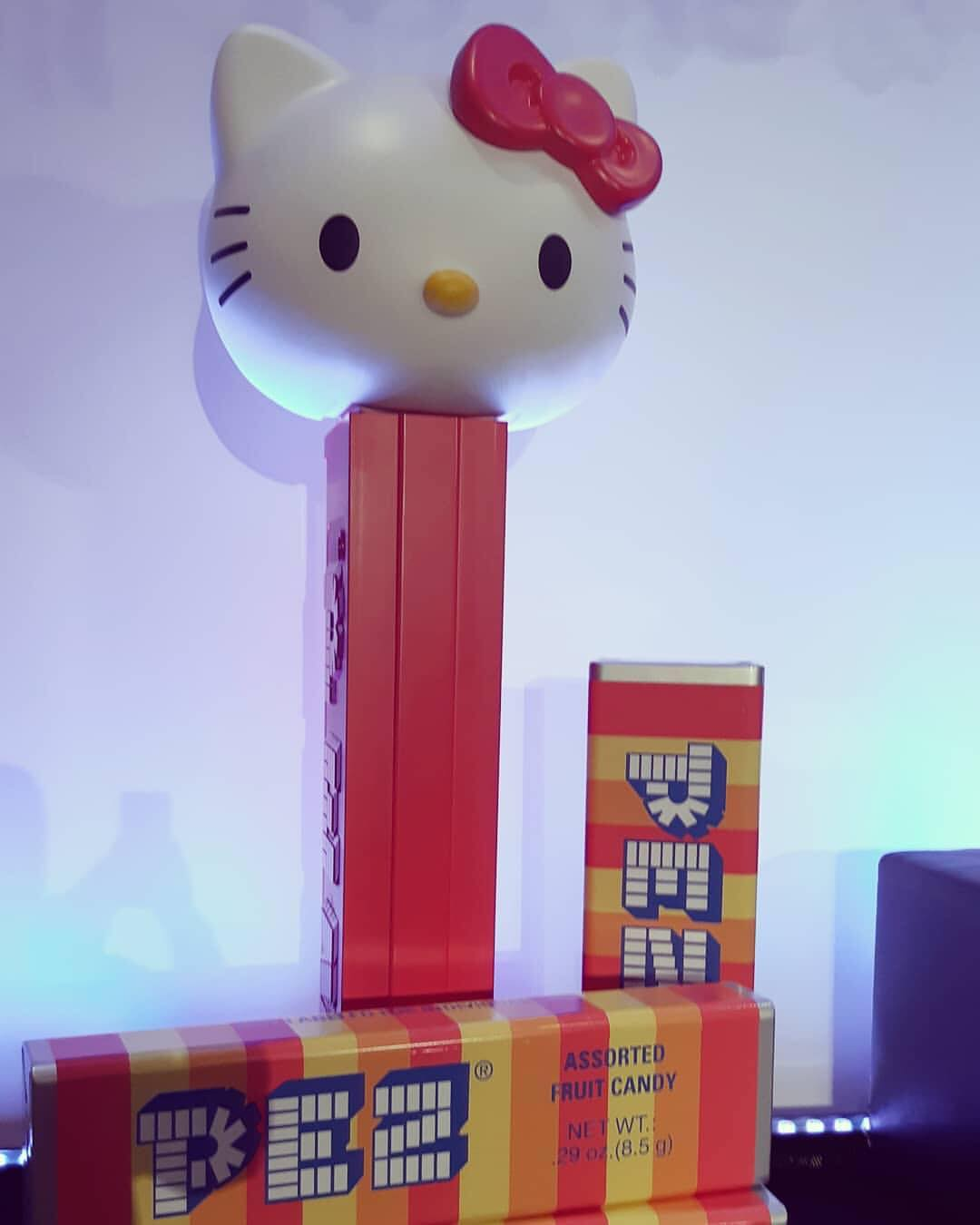baaf3bf1a ... see the giant hello kitty PEZ on stage. Kitty also made an appearance  on the red carpet!! Oh WOW!! How many of us would love to have her in our  PEZ ...