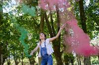 Sesión fotográfica de 15 años en ambiente natural, con árboles, usando bengalas de humo de colores en Zavalla, Santa Fe