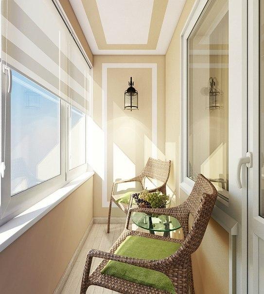 светлая лоджия с плетеной мебелью