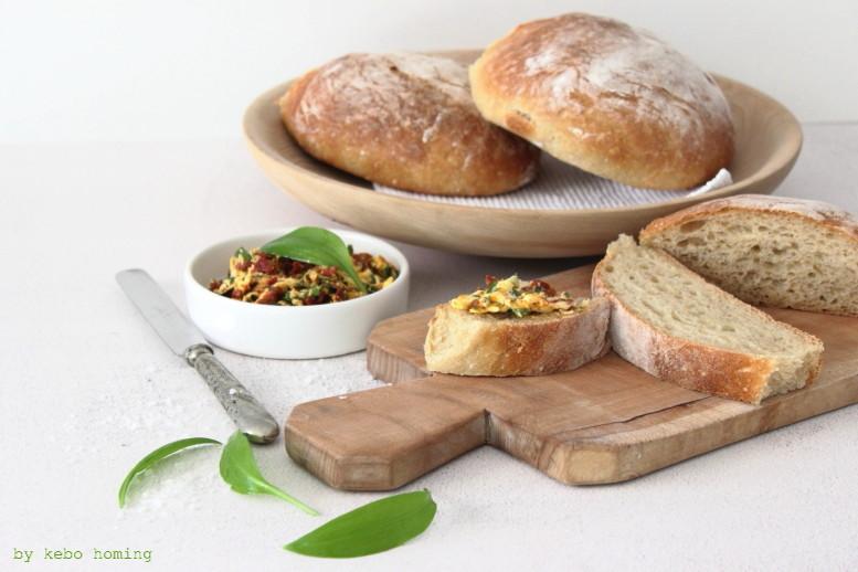 """Selbstgebackenes Ciabatta Brot mit Bärlauch Tomaten Butter Brotrezept Aufstrichrezept für """"Was aufs Brot! Brotaufstriche! auf dem Südtiroler Food- und Lifestyleblog kebo homing, Foodstyling & photography"""