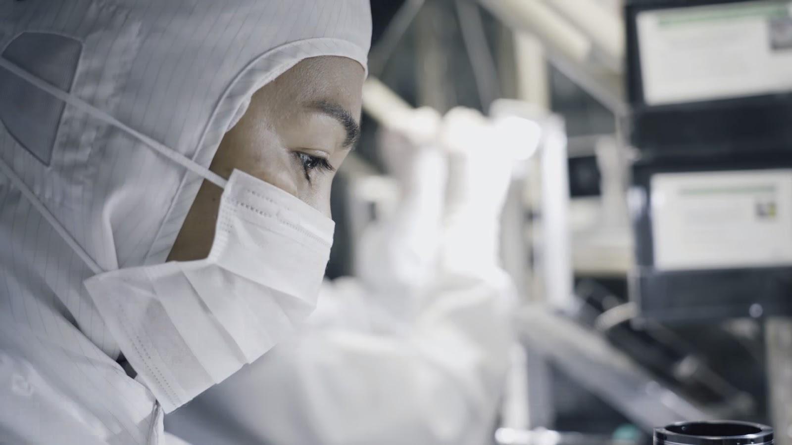 Человек в маске на фабрике Fujifilm