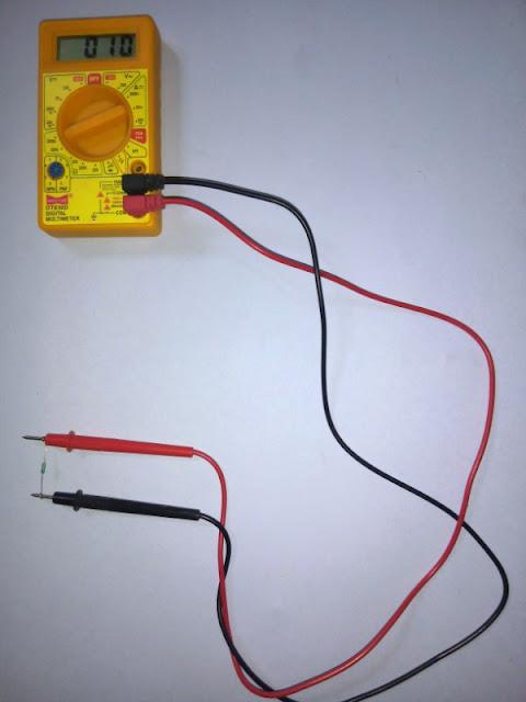 Multimeter को resistor पर set करें और जैसा की image में है Black testing lead को com पोर्ट से connect करें और red testing lead को VmA से connect करें और resistor को connect करें display में resistance show होने लगेगा