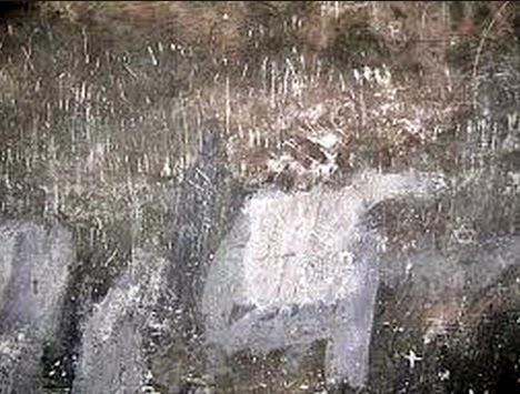 Arranhoes na parede da camara de gas de auschwitz