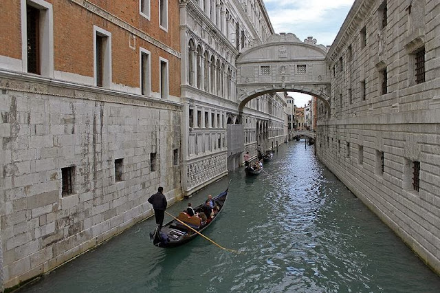 Gondolas Under Bridge Of Sighs