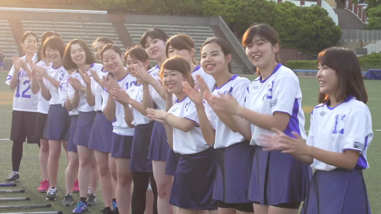 Estudantes japonesas batendo palmas
