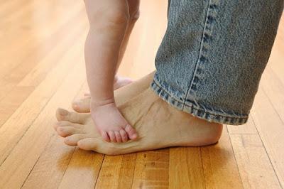 المشي أول خطوات الطفل للثقة بالنفس
