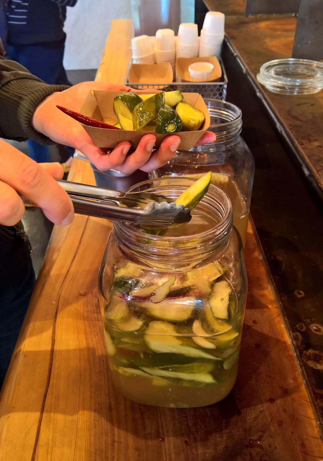 super duper burgers pikaruokaravintola san francisco california pickles pickled cucumber pikkelöity kurkku hampurilainen matkailu matkajuttu mallaspulla