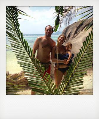 Mamma, papà e Bebè in spiaggia alle Seychelles