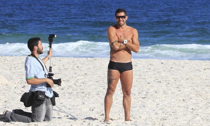 ex-BBB Yuri posa de sunga em ensaio fotográfico, na praia do Pepê, no Rio