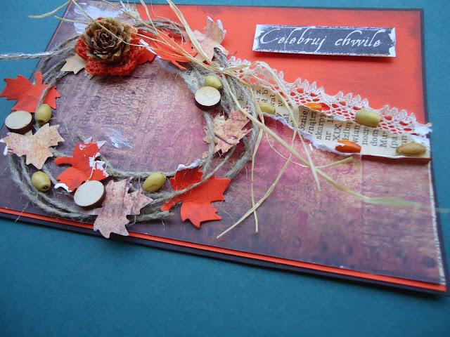 kartka w kolorach jesieni, szyszka jako dodatek