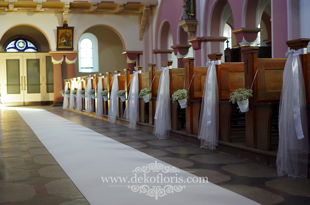 Biała dekoracja ślubna kościoła Opole - gipsówka i biały dywan