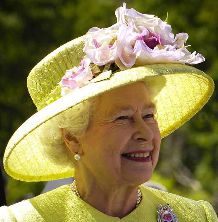 Η βασίλισσα της Αγγλίας δεν χρειάζεται ταυτότητα