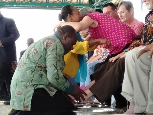 "Basuh Kaki Misionaris, Bupati Meki Nawipa ""Menangis"""