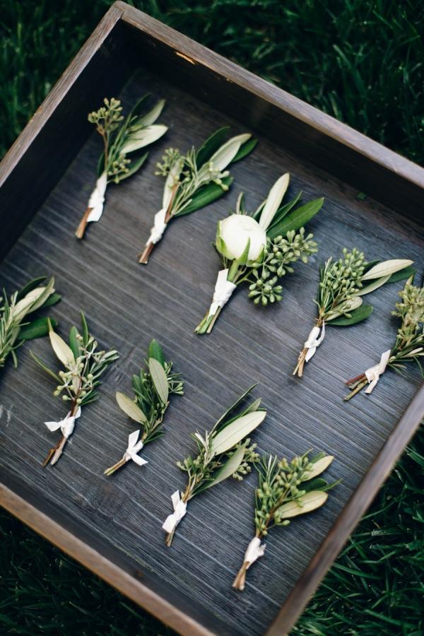 Prendidos de estilo provenzal con ramas de olivo para los hombres de vuestra boda