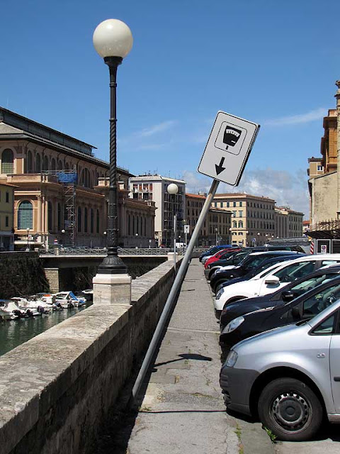 Leaning parking sign, scali degli Olandesi, Livorno