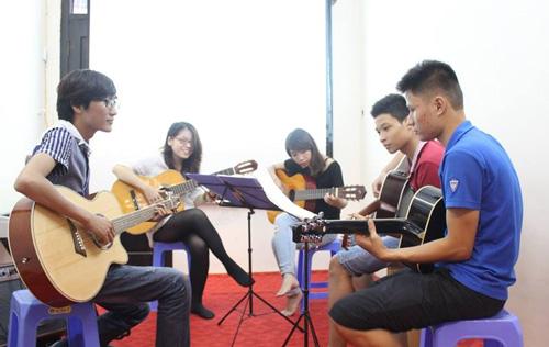 lop hoc dan guitar