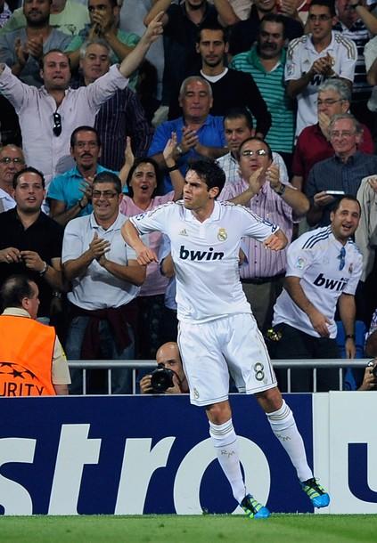 Kaká comemora e os torcedores atrás aplaudem  a redenção do brasileiro 92bd39d49d4ea