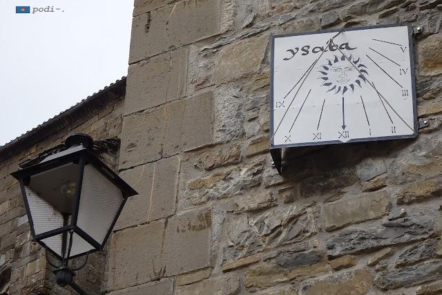 meridiana nella facciata del Comune d'Isaba, Navarra, Spagna