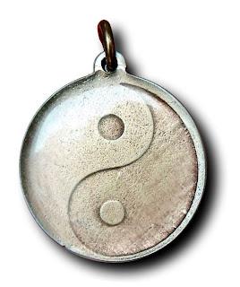 Prívesok zobrazuje symbol Jin - jang.