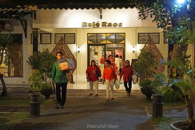 Pengunjung keluar dari salah satu ruangan di Restoran Bale Raoe