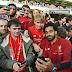 صورة : صلاح يلتقط سيلفي مع جماهير ليفربول