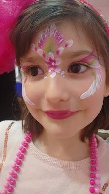 Paula maquillada en rosa y blanco