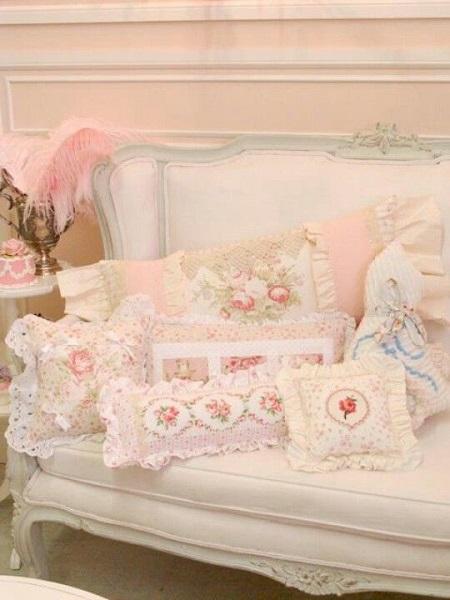 Decoração com almofadas de diversos formatos