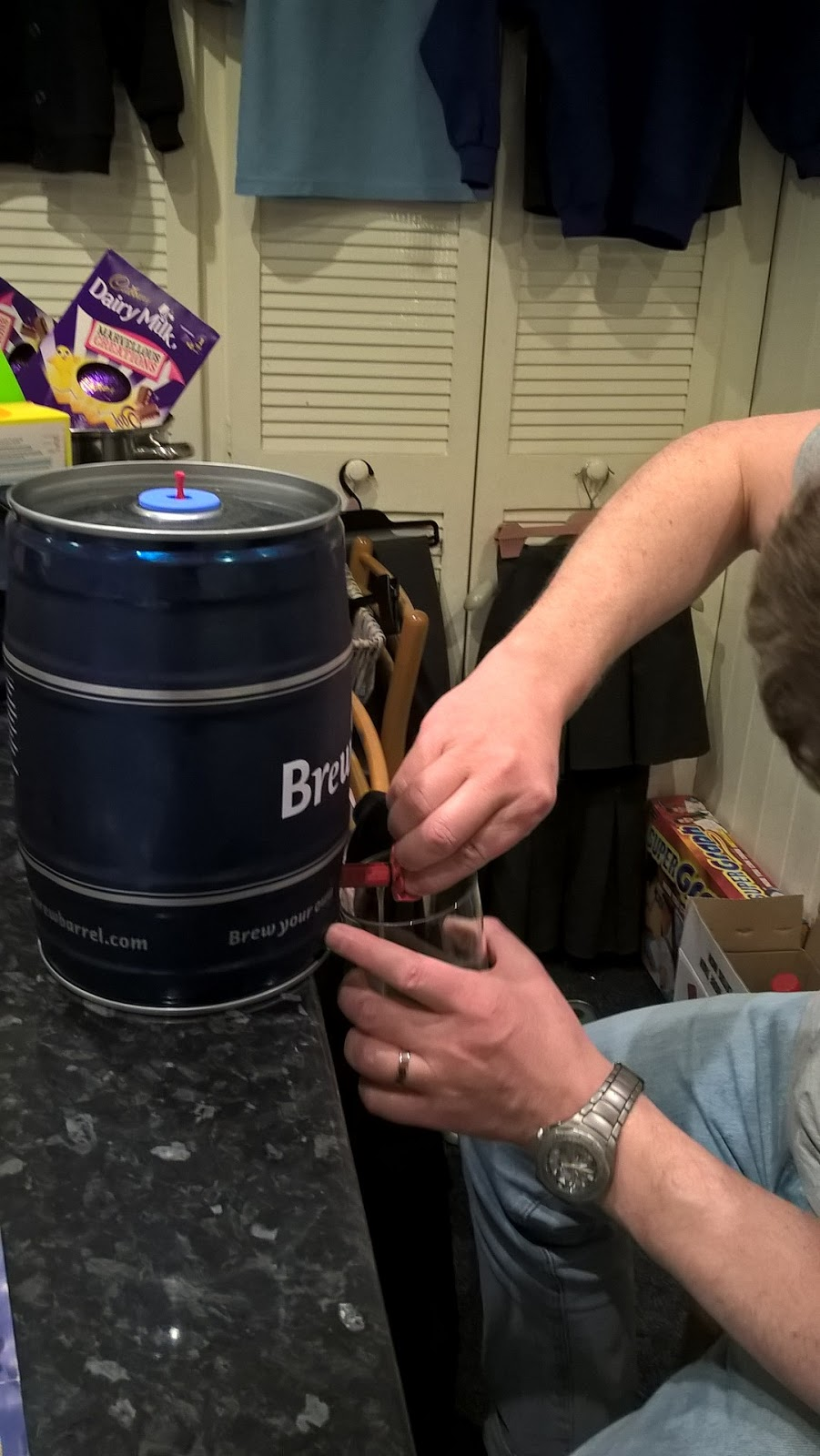 Pouring the Brewbarrel India Pale Ale - review & giveaway - home brew - motherdistracted.co.uk