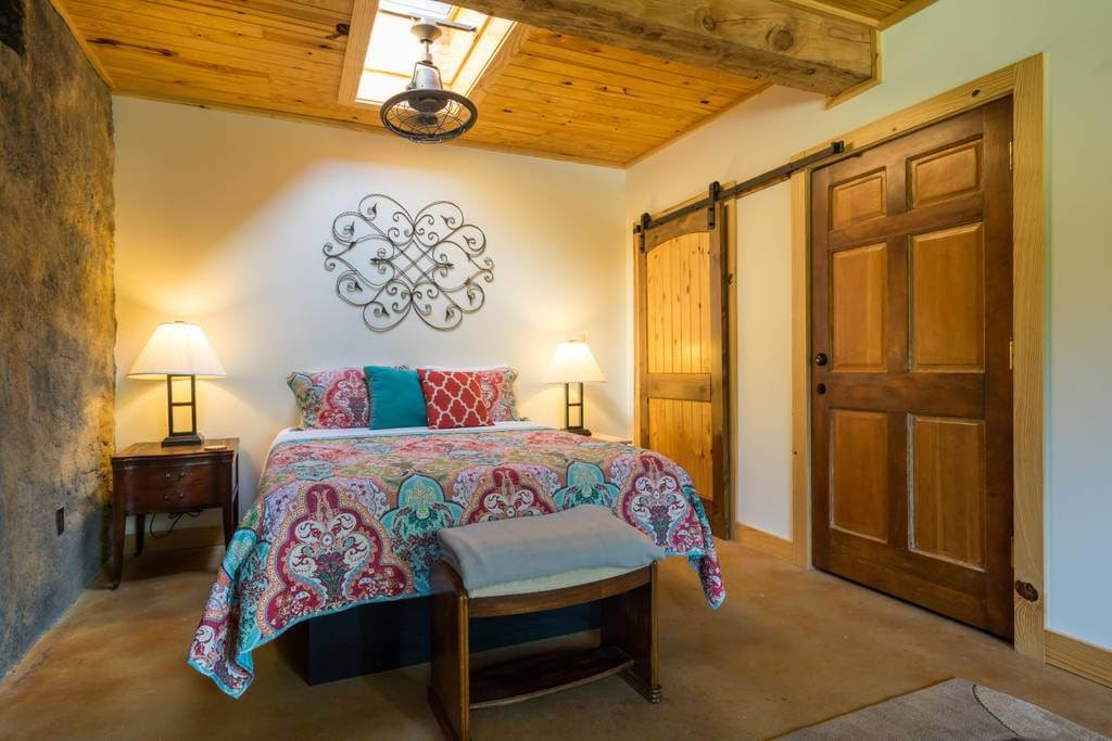 02-Master-Bedroom-airbnb-The-Bedrock-Cave-Cottage-Architecture-www-designstack-co
