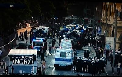 http://www.express.de/news/politik-und-wirtschaft/g20-demo-gestoppt-chaoten-gehen-auf-beamte-los---polizeisprecher-muss-fluechten-27927996
