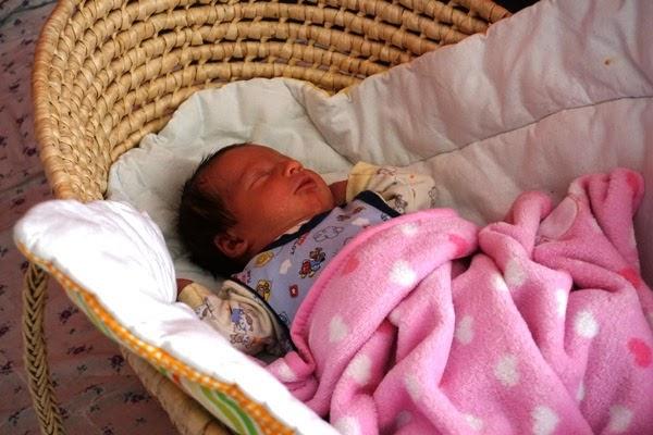 noworodek śpiący w koszu mojżesza