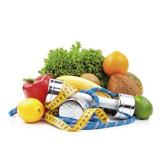 Imagen de frutas y verduras junto a unas pesas y una cinta métrica