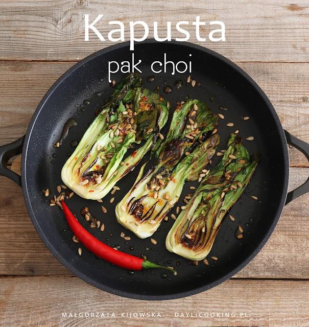 Kapusta pak choi z patelni z prażonym słonecznikiem, imbirem, czosnkiem, odrobiną miodu i chilii
