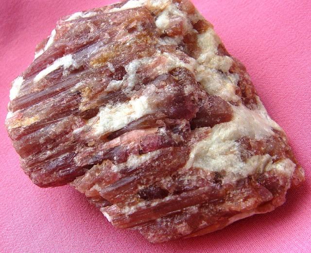 Рубеллит - одна из разновидностей турмалина.