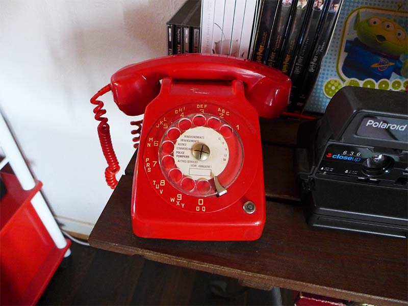 téléphone vintage rouge années 80