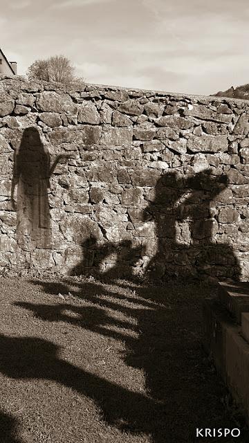 espiritu de mujer y sombras de cruces en el cementerio