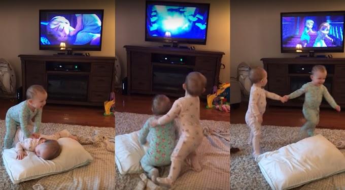 Estas pequeñas gemelas imitan una escena de su película favorita. Frozen