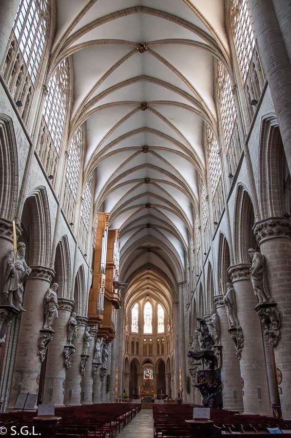 Fotografía del interior de la catedral de Bruselas