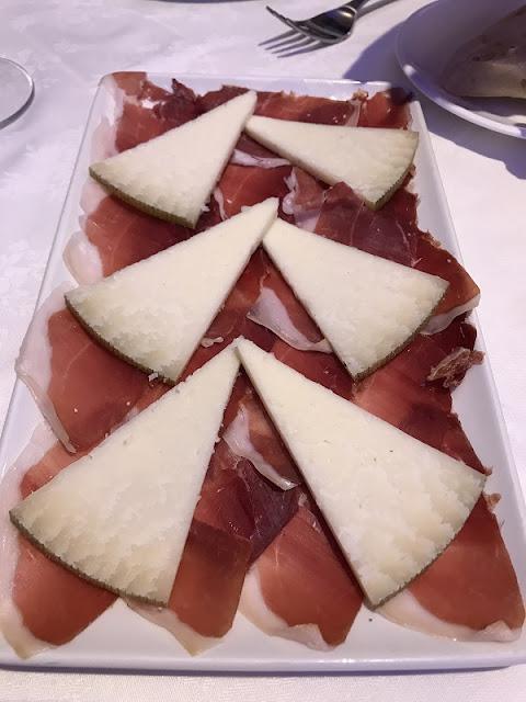 Plato de jamón ibérico con queso curado de oveja del restaurante la plaza de Torrent