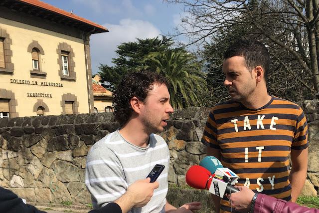 Los concejales Ramón Sánchez y Endika Abad, ante el colegio La Milagrosa